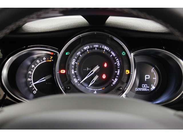 メーターはエンジン回転計、速度計、燃料計の3眼式です。