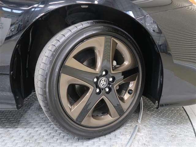 トヨタ純正17インチアルミのグレープレートはディーラーOP用品交換済 ラジアルタイヤサイズ215/45R17です