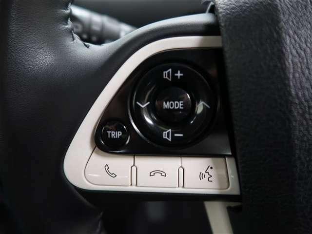 黒い部分はオーディオ操作スイッチ 左側黒まるスイッチは走行距離確認変更 下部に白い部分はナビ連動通話スイッチです ナビに携帯登録したら携帯を手に持たずに通話できます
