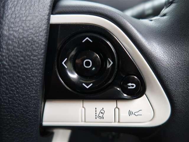 黒い部分はメーター内インフォメーション変更スイッチ 下部左側は車線逸脱アラートスイッチ 右側はレーダークルーズコントロール使用走行時、前方車両との車間距離調整スイッチです