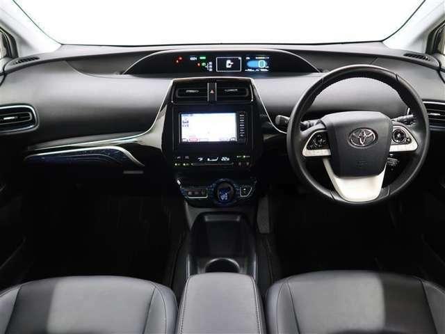 内装はシックなブラック系 トヨタセーフティーセンス付で安全・安心装備