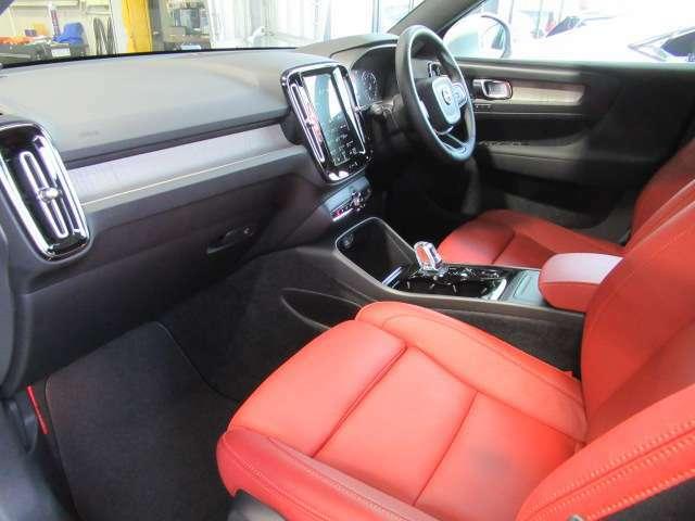 前席はパワーシートを装備し、運転席側はメモリー機能付きとなっております。