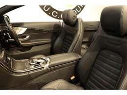 クオリティが維持された上質なブラックレザーシートを装備!メモリー機能付きパワーシート、シートヒーター、エアスカーフ、ランバーサポート機能を搭載しています!幌もお洒落で上品なブラックカラー!