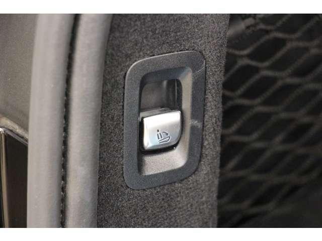こちらのレバーを引くとラゲッジスペースから後部座席を倒すことができます。