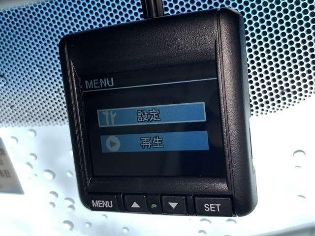 もしもの時もバッチリ記録できるドライブレコーダーは必需品ですね♪もちろん問う車両にもついています!