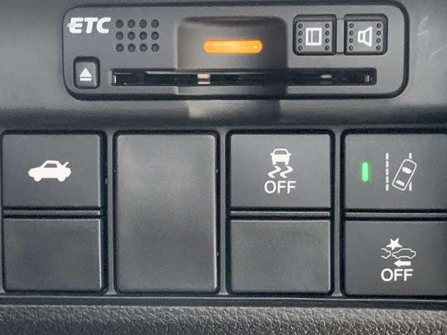 ETCも付いておりますので、高速道路の料金所もノンストップ通過可能ですよ^^是非揃えたい装備ですね!しかもナビ連動です!!