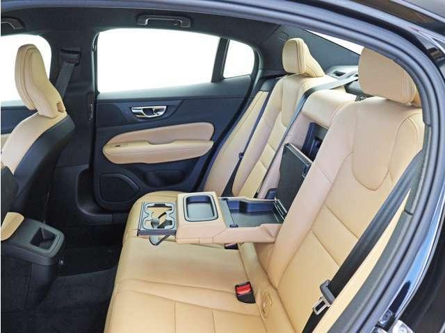 後部座席にもアームレスト及びドリンクホルダーが搭載されています。車内に散らばりがちな小物類をまとめて収納可能なポケットもきちんと設置されています。