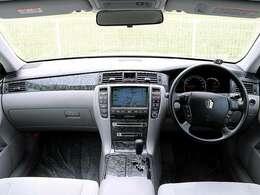 【木目調パネル】こちらのお車には、木目調パネルが採用されており、高級車やハイグレード車両の象徴となり、高級感溢れる車両となっております。