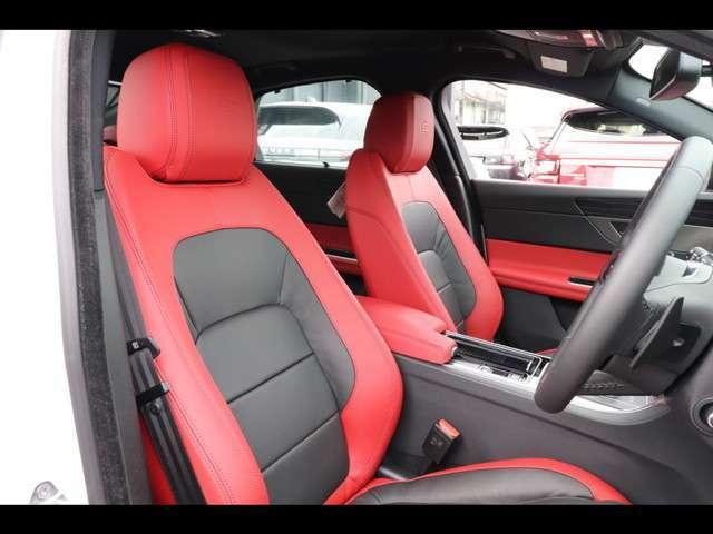 ラグジュアリーシートパックによるレザーアップグレード(565,000円)「赤と黒のコンビネーションのレザーシート。座り心地にも重視され設計されております。」