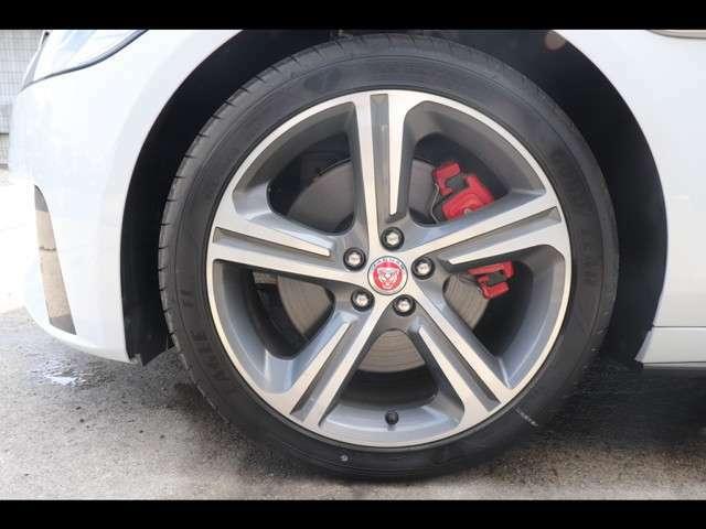 S専用にデザイン・設計された19インチアロイホイール、そしてブレーキシステムを搭載。Jaguarの誇る走行性能を存分に感じていただけるモデルです。