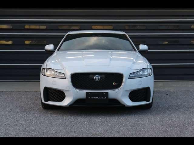低く構えたシャープなデザインが特徴のフロントマスク。アダプティブLEDヘッドランプ、そしてS専用デザインのバンパーが力強さはもちろん、Jaguarの魂を感じさせます。