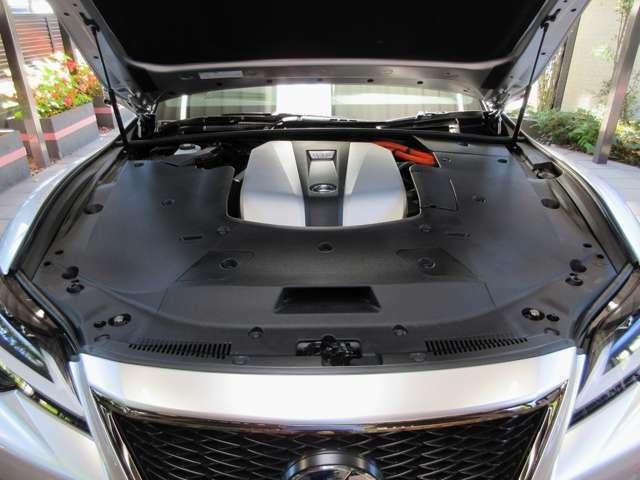 名機V6エンジンと2基の電気モーターで構成:実用に近い表記となる省燃費:13.6km/L(WLTCモード値)を達成。世界同クラスでは、先進技術特性で一つも二つも先を走り、多くの輸入車ライバルに後塵を浴びせています。