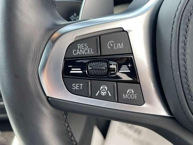 運転中にもオーディオの音量やFMの切り替えなどステアリングでの操作で切り替え可能なため、ステアリングから手を放す必要がない為、運転中でも操作が簡単でございます。