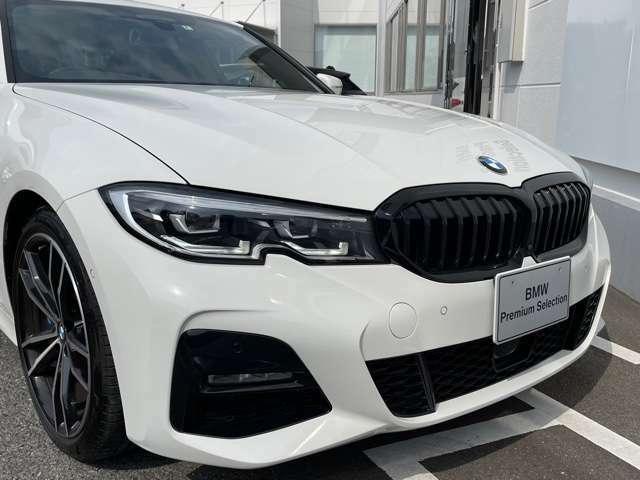 BMWの伝統の丸目4灯ヘッドライトでございます。LEDライトで視認性もよく明るく安全性の向上につながります。