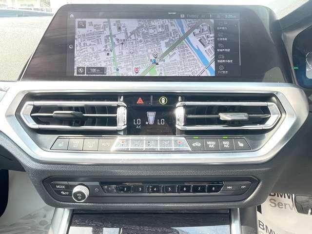 ナビ画面も約3度運転席側に傾いており、ドライバーの目線の移動も少なく横目で見えるように配置されております。スイッチ類も片手で届く位置に配置しており、ドライバーの負担を軽減できます。