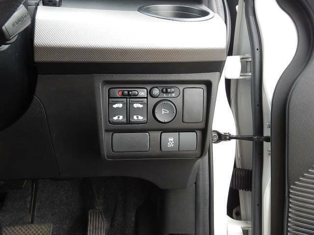 【運転席側インパネ】両側電動スライドドアスイッチと駐車時に便利な電動格納ウィンカーミラー操作パネル、横滑り防止のOFFスイッチです♪