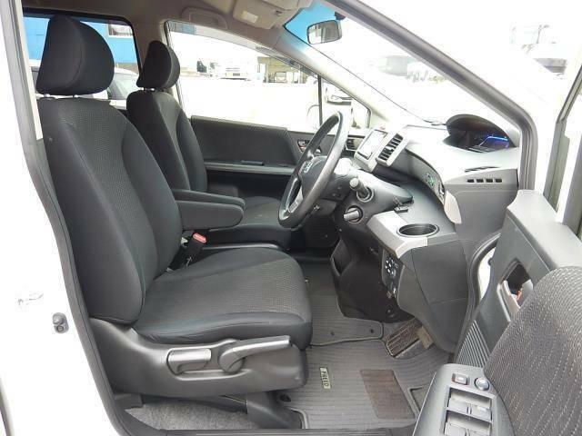 【運転席・助手席側】アームレストが付いたセパレートタイプの運転席・助手席です♪後部座席への移動も楽々ですよ♪