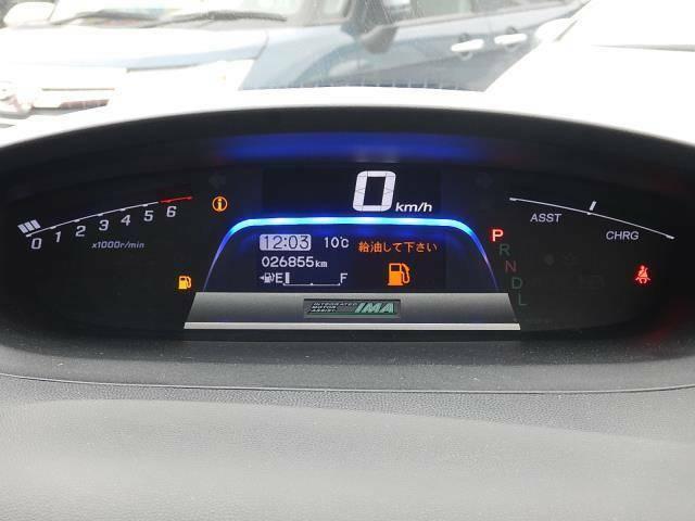 【メーターパネル部】現在の走行距離は約26,860kmです。モーターとエンジンで走るハイブリッド車は長寿命♪まだまだ元気な車ですよ♪
