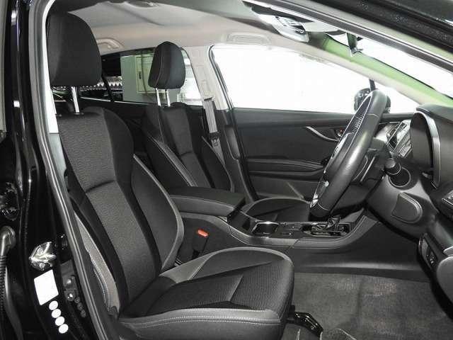 【前席】充分な広さを確保した、快適な前席!インテリアカラーも落ち着いたお色です♪センターアームレストも付いて、リラックスした姿勢で運転していただけます♪
