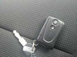 スマートキーは持っているだけで、ドアの開閉やエンジン始動ができて楽チンです^^!