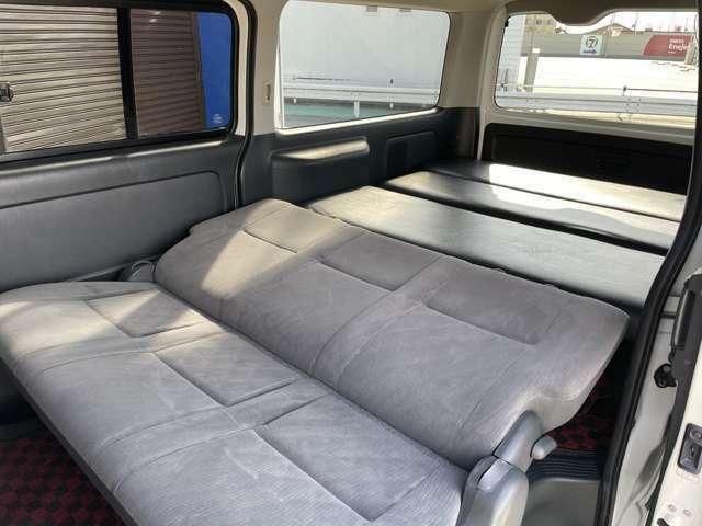 リアシートをリクライニングでベッドを広々使用できます!ベッドキットの取り外しも簡単です!