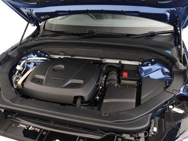 320ps/400Nm(カタログ値)のT6エンジンには、スーパーチャージャーとターボチャージャー、ふたつの過給器を搭載。大排気量エンジンと同等の出力を、アクセルペダルを踏み込んだ瞬間に得られるようになりました。