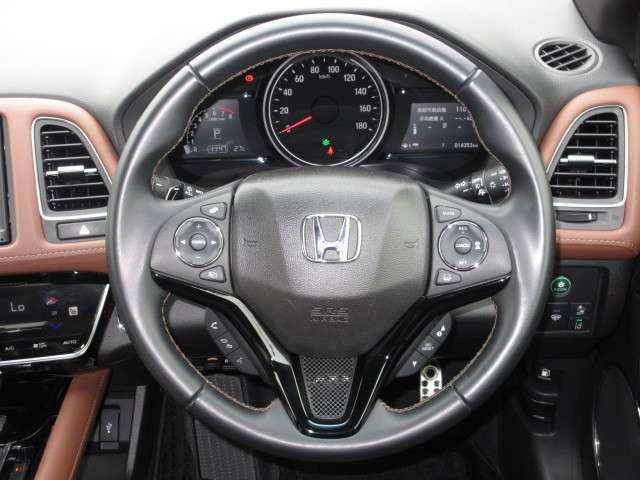【ハンドル】左側スイッチは、ナビを触らずボリューム操作やモード選曲が出来る「オーディオリモコン」右側スイッチは、「クルーズコントロール」です。