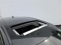 ★電動ムーンルーフ★室内に爽やかな空気を呼び込み、明るく開放的なドライブを!