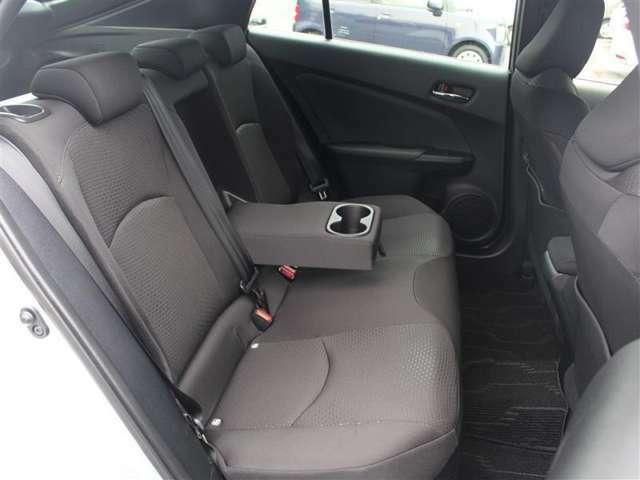 後席にはひじ掛けもついて、ゆったり座って移動できます!ISOFIX対応でチャイルドシートの取り付けも可能!