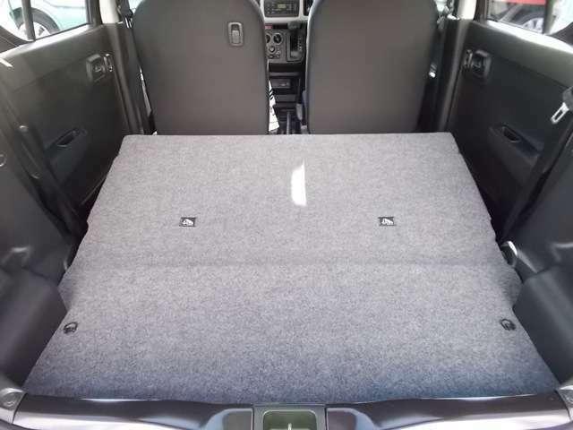 後席は肩部のレバーで簡単に前倒しができて、大きな荷物やたくさん荷物を載せたいときも素早くラゲッジスペースを広くすることができちゃいます☆