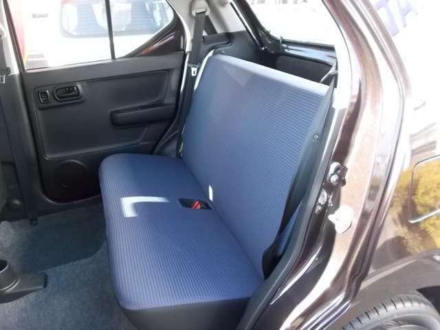 意外と広い後席は膝まわりのスペースにも余裕があります☆ルーフカラーがライトグレーで明るいので圧迫感は感じませんよ☆