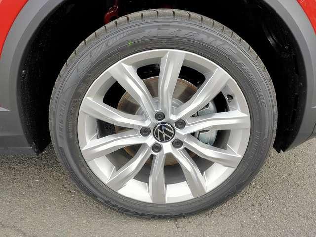純正18インチアルミホイール。タイヤサイズ215/50R18。ホイールに傷などはなく綺麗な状態です。