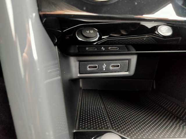 アプリコネクト(CarPlay/AndroidAutoなど)やスマホ充電のためのUSBタイプC接続端子です。