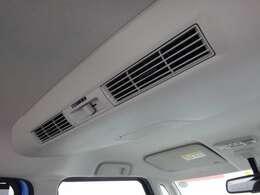 リヤシーリングファン☆ルーフに取り付けたファンで、風を後席にも送風♪空気を効率的に循環させることで、室内空間の温度を均一に保ちます!
