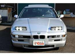 リトラクタブルヘッドライトが与えられたフェイスには、もちろんBMWの明かしであるキドニーグリルを装着!