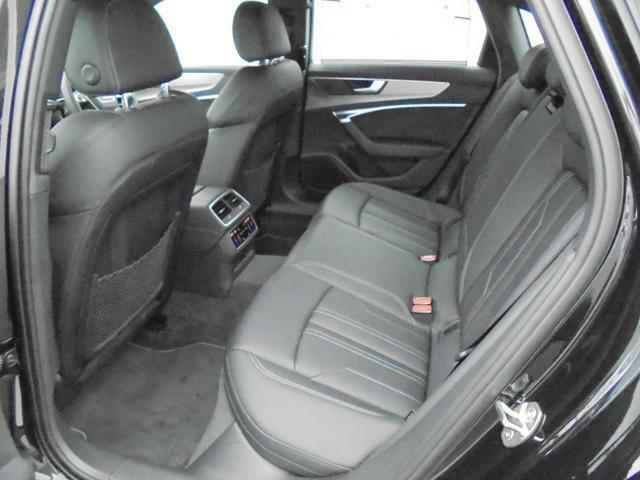 ホールド性が高く、ほどよく固いリアシートは長時間乗車も快適に過ごす事ができます。