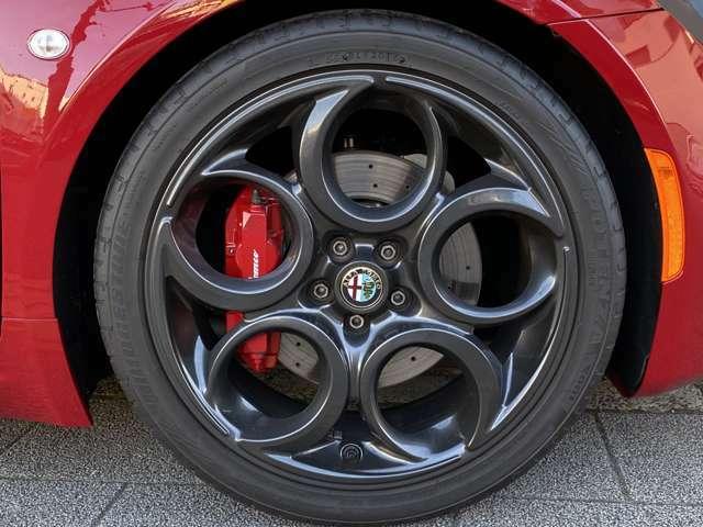 スポーツPKG専用F18&R19インチ5ホールAWはアルファらしいデザインの人気アイテム◎更にOP黒艶消し仕上げが装着されている◎ピレリPzero205/40R18と235/35R19!ブレンボ赤キャリパー◎