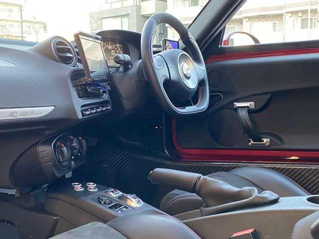 デジタルディスプレイのメーターを持つダッシュボードやコントロール類はあくまでモダンなデザインで装飾的な要素は少ない◎それだけにドライビングに集中できる空間でドライビングポジションも違和感なく決まる