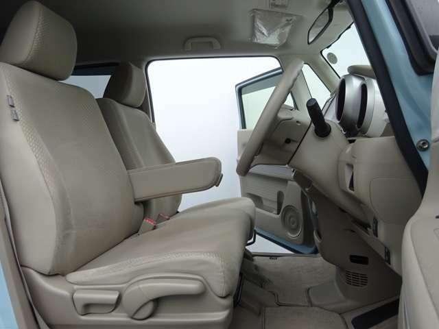 アームレスト付のフロントシート!運転席は高さの調節もできますよ!