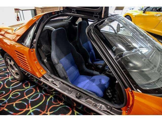 ガルウイングを開けるとタイトなキャビンに設置されたホールド性の高いバケットシート。