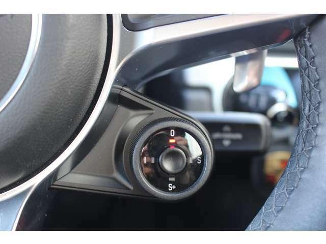 ドライブモードの切り替えが従来のコンソールからステアリング据え付けのロータリースイッチに改められ、スポーツクロノパッケージの選択時には中央のボタンを押すことで最大ブーストのモードを20秒間維持する