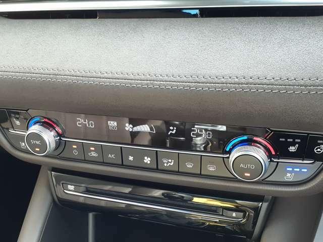 運転席、助手席独立機能付きフルオートエアコン