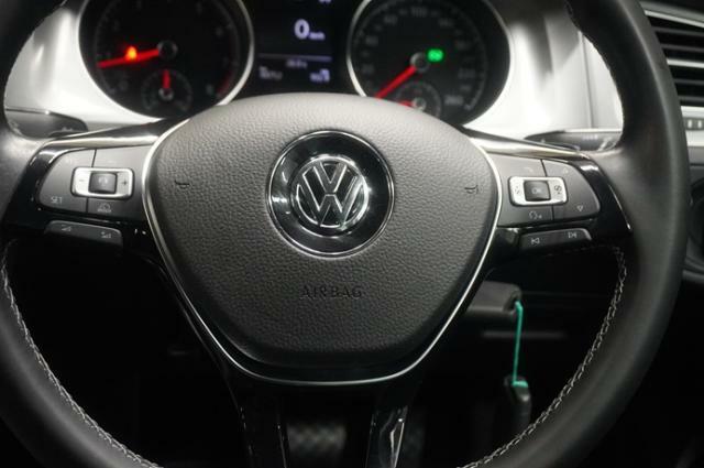 本革ステアリング(パドルシフト付)にはオーディオやアダプティブクルーズコントロール(ACC)のコントロールスイッチが付いているので、走行中ハンドルをにぎったまま操作が出来ます。