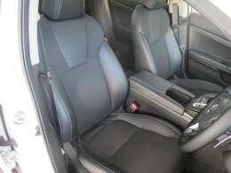 運転席のお写真です。 広い足元にゆったり座れるシートは長時間の運転でも疲れにくくなっております♪