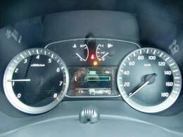 昼夜を問わず視認性に優れたファインビジョンメーター採用。瞬間燃費や平均燃費、走行可能距離なども表示するメーター内ディスプレイを採用。