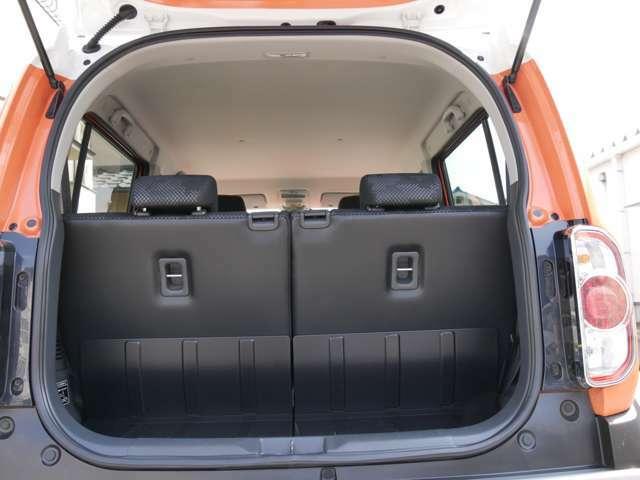 ラゲッジフロアは汚れをふき取りやすい素材で掃除しやすく、アクセサリーソケットも装備されています。