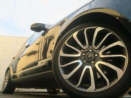 大口径の22インチ7スプリットスポークを装着!太めのスポークと立体的なデザインはレンジローバーの車体にマッチした必見の装備です。走行中も停車中もその存在感を感じ取れます。