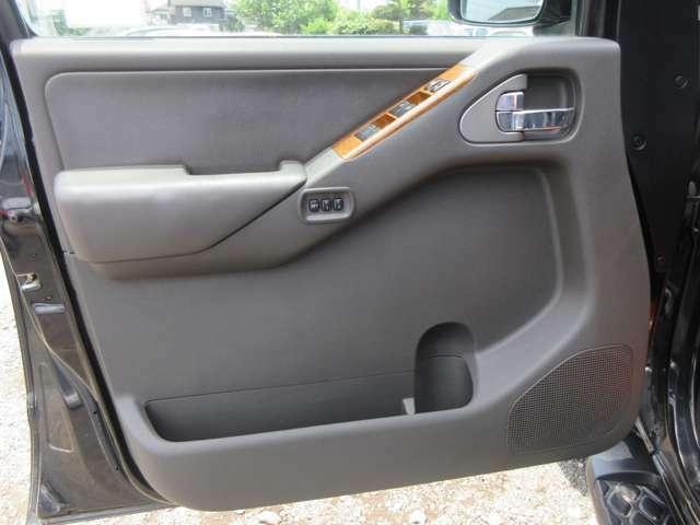 運転席側ドアトリム。目立った傷や汚れもございません。パワーウインドウもしっかりと動きます。