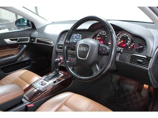 高級感があり優雅でありながらも操作性の良い運転席廻り。ステアリングには各種ステアリングリモコンの他パドルシフトも装備されATはマニュアル操作も可能。シフト廻りにはナビや車両設定等のスイッチ類を配置。