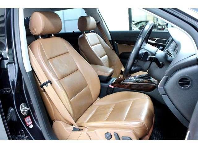 アマレットブラウン色の本革パワーシート。寒い季節にとってもありがたいシートヒーターも装備。